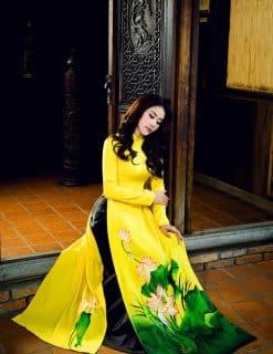 Áo dài nữ vàng vẽ hoa sen nổi bật