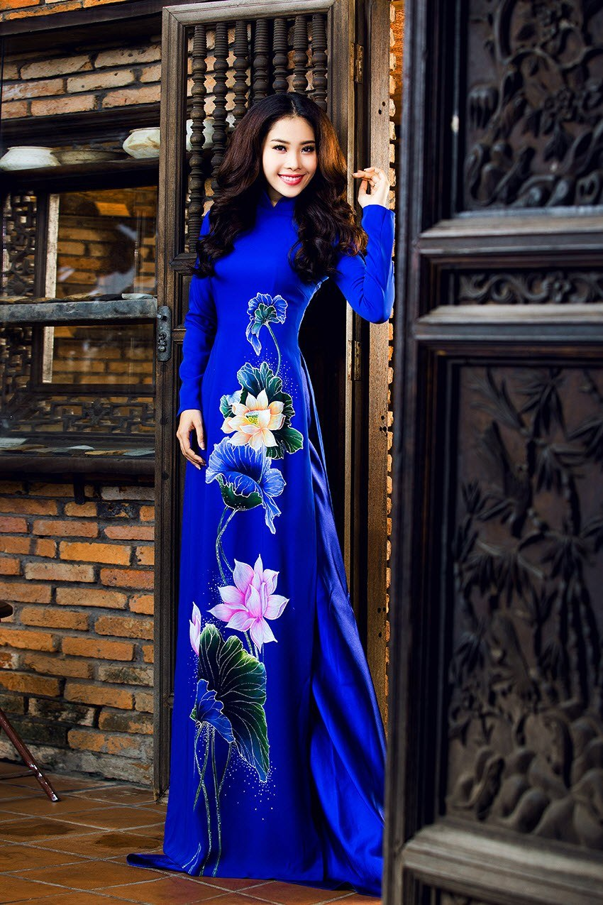 Áo dài nữ xanh vẽ hoa sen thanh thoát