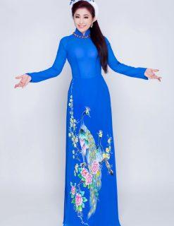 Áo dài nữ xanh vẽ chim công ấn tượng