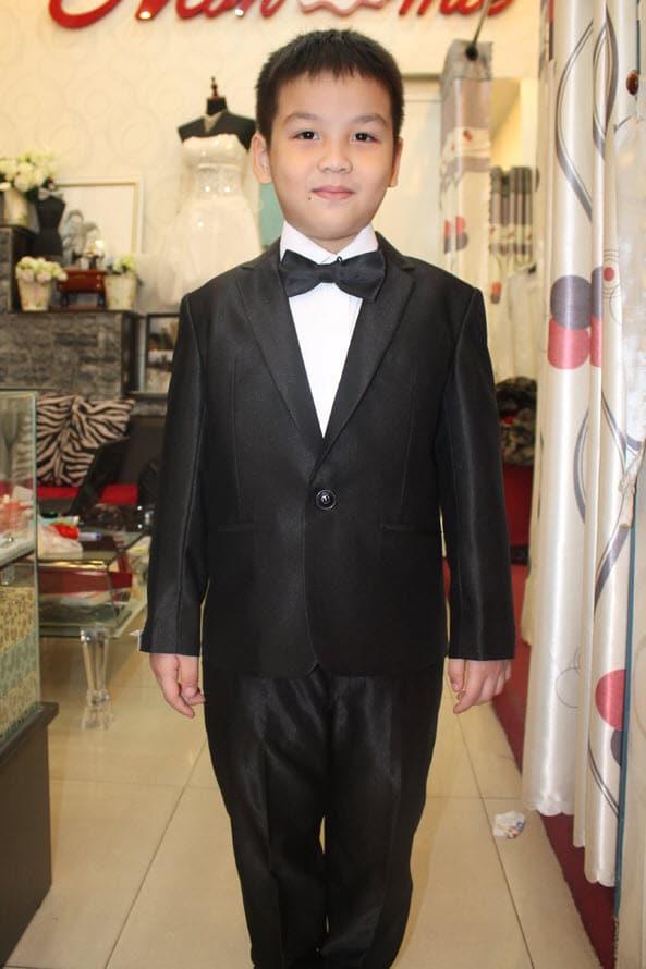 Áo vest đen cho bé nam thêm phần hiện đại, sang trọng
