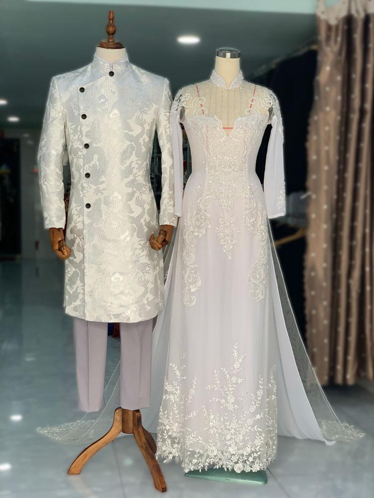 Cặp áo dài cưới trắng chú rể gấm rồng, cô dâu kết ren