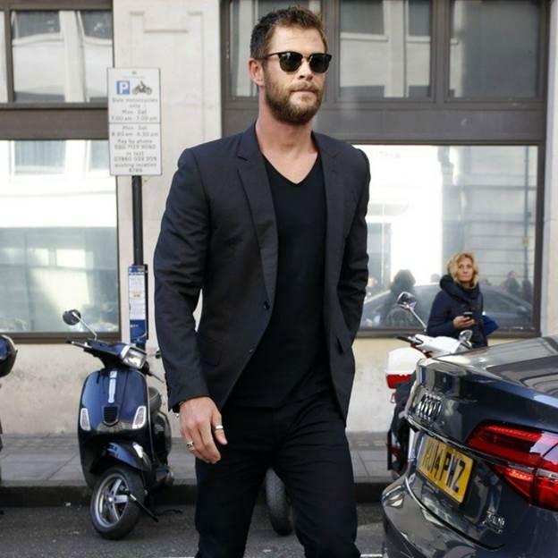 Vest nam màu đen kết hợp với quần jean