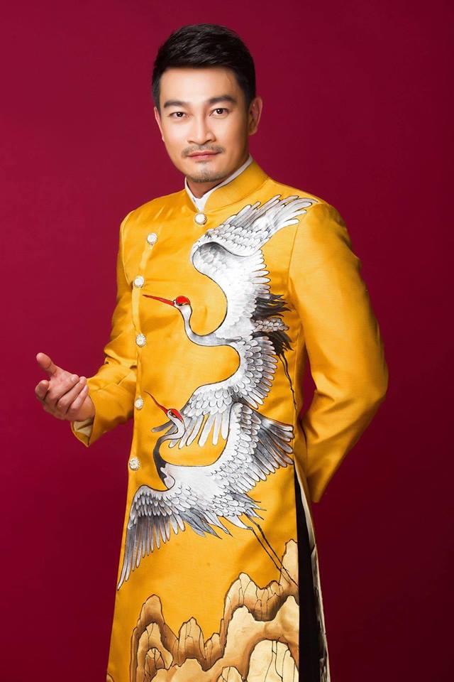 áo dài nam vang họa tiết chim hạc