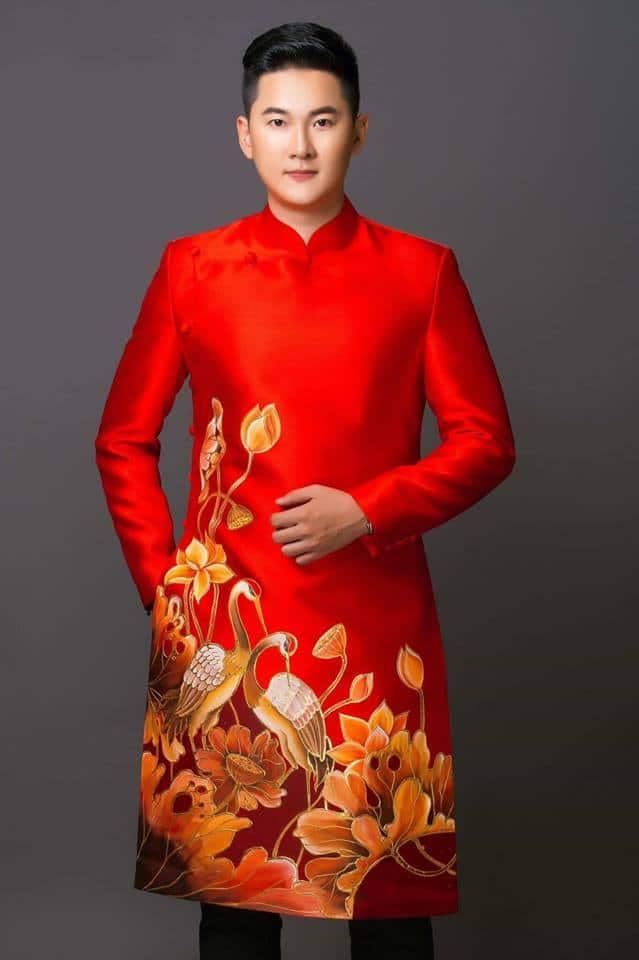 Áo dài nam đỏ họa tiết sen và hạc