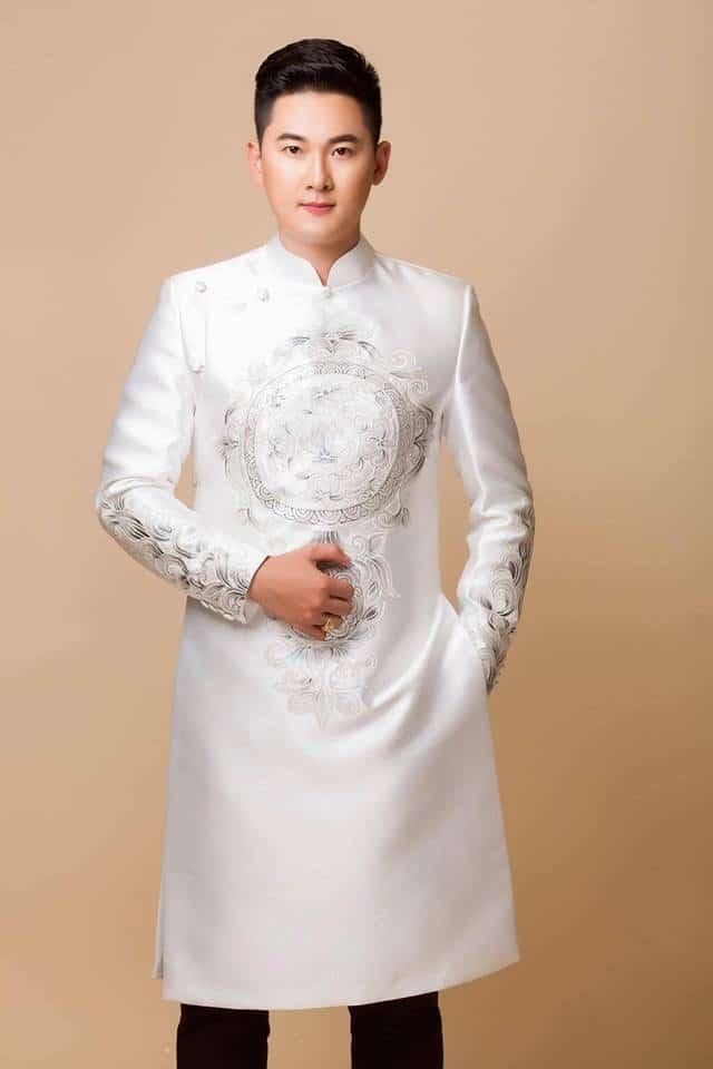 Áo dài nam trắng họa tiết truyền thống