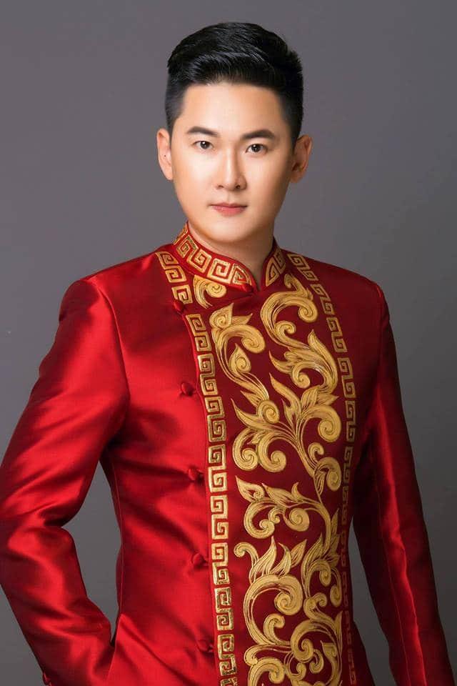 Áo dài nam gấm đỏ họa tiết cách điệu
