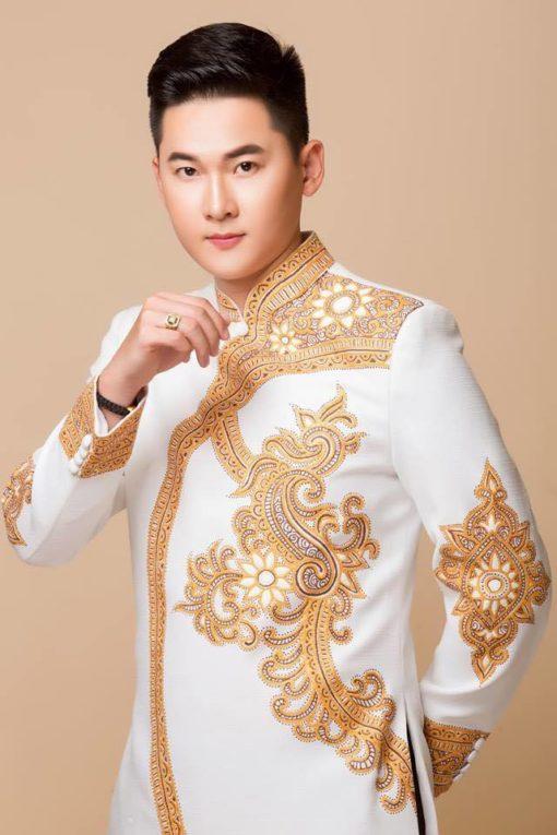 Áo dài nam trắng họa tiết cung đình