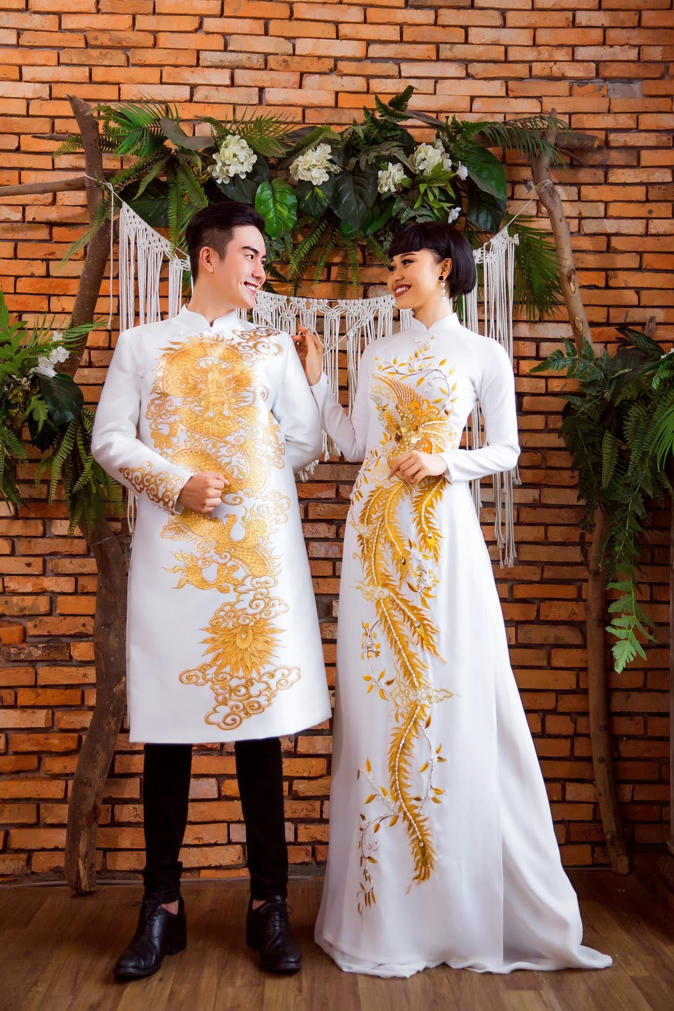 áo dài cưới cặp trắng vẽ rồng phụng vàng