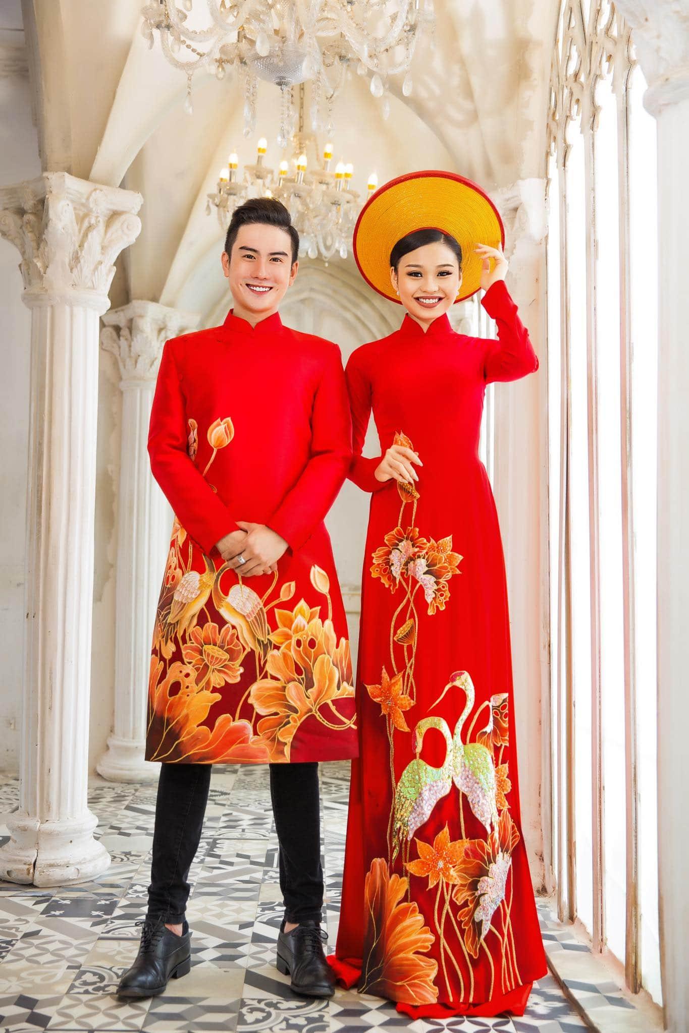 Áo dài cô dâu chú rễ đỏ vẽ sen hạc truyền thống