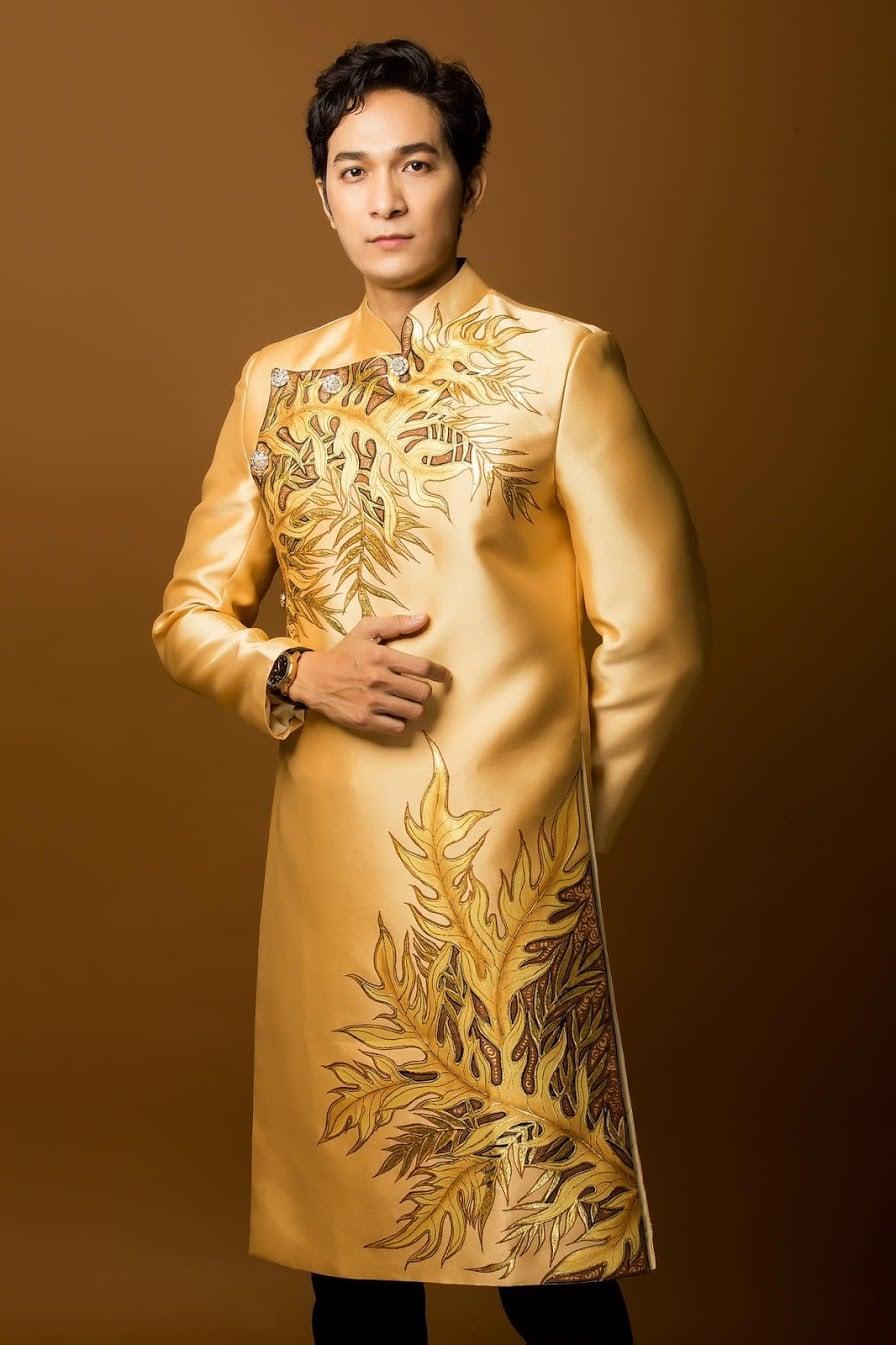 áo dài nam vàng đồng vẽ lá