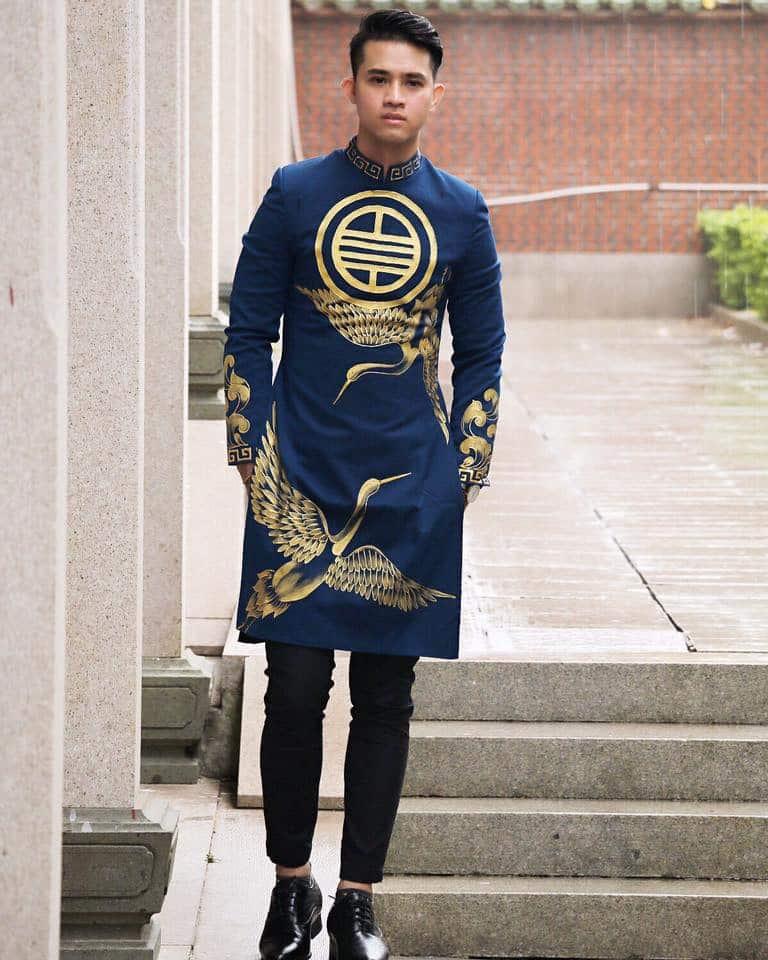 áo dài nam xanh cổ vịt vẽ hạc
