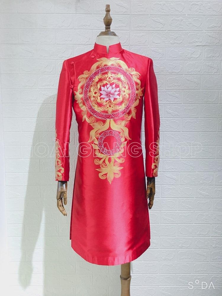 áo dài nam đỏ hoa văn vàng đối xứng