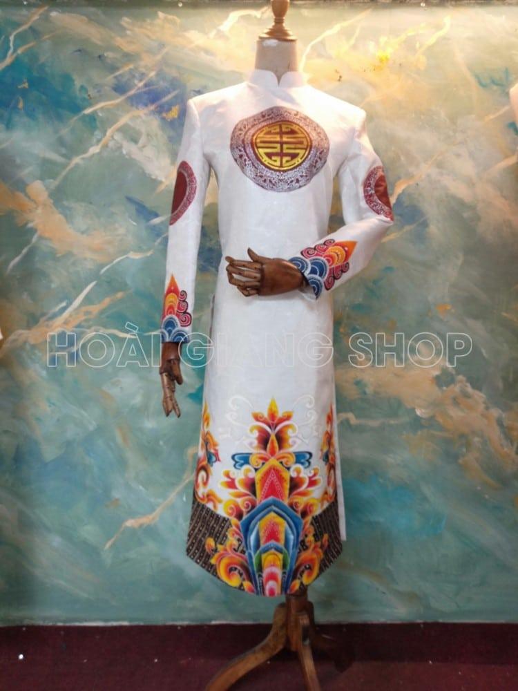 áo dài nam gấm trắng vẽ hoa văn cung đình