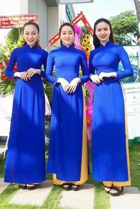 cho thuê áo dài lễ tân màu xanh đậm